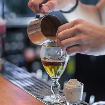 Barman et cocktail