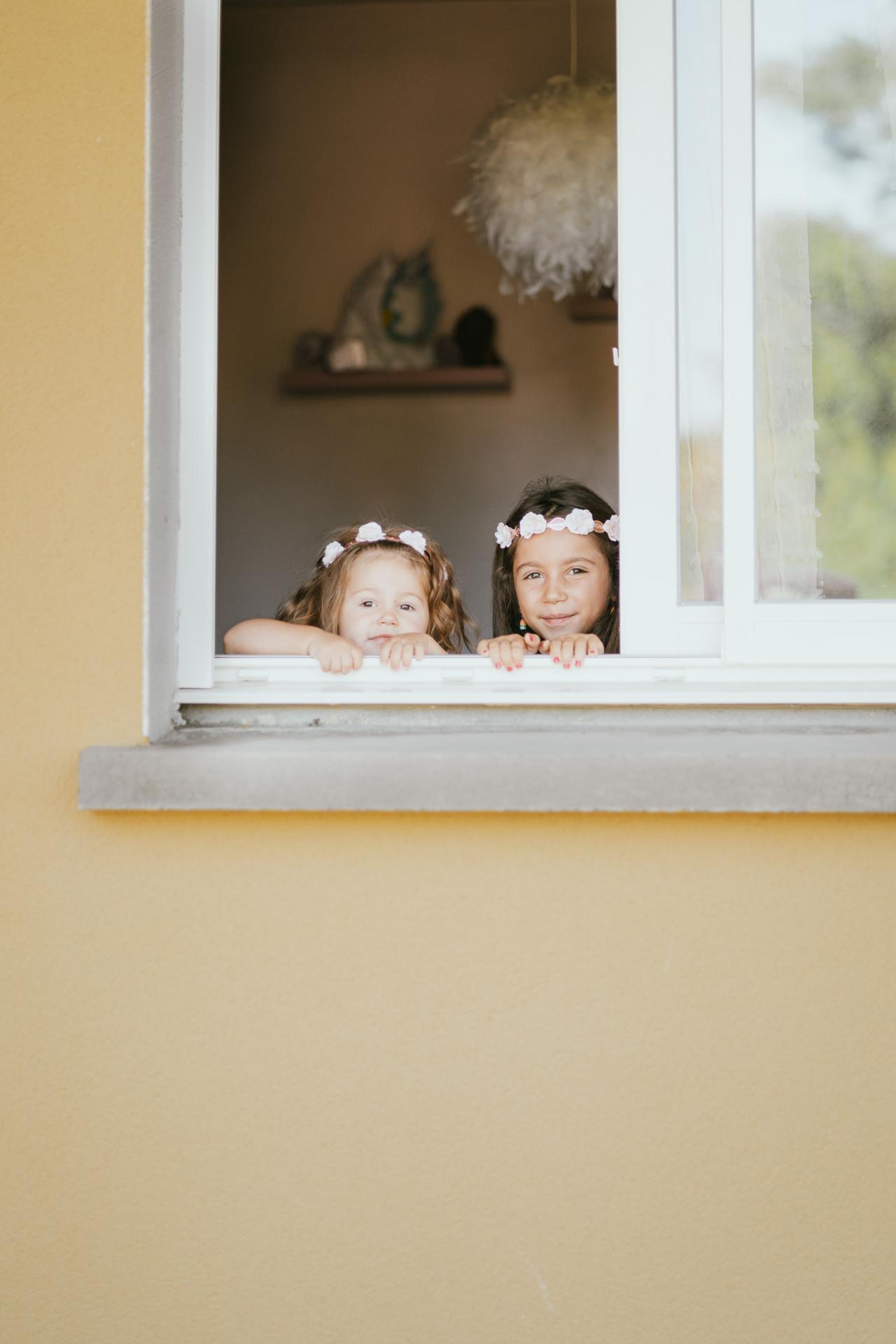 Photographe aquitaine photographe famille soeur fenetre